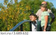 Купить «Семья  на прогулке по парку», видеоролик № 3689632, снято 17 марта 2010 г. (c) Losevsky Pavel / Фотобанк Лори