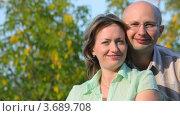 Купить «Счастливая пара в парке», видеоролик № 3689708, снято 17 марта 2010 г. (c) Losevsky Pavel / Фотобанк Лори