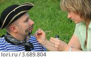 Купить «Женщина рисует на лице мужчины усы и бороду», видеоролик № 3689804, снято 17 марта 2010 г. (c) Losevsky Pavel / Фотобанк Лори