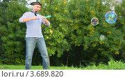 Купить «Мужчина в костюме пирата пускает мыльные пузыри в парке», видеоролик № 3689820, снято 17 марта 2010 г. (c) Losevsky Pavel / Фотобанк Лори
