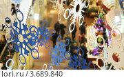 Купить «Картонные снежинки на фоне торгового центра», видеоролик № 3689840, снято 26 марта 2010 г. (c) Losevsky Pavel / Фотобанк Лори