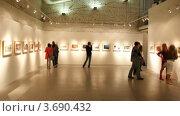 Купить «Зрители в картинной галерее», видеоролик № 3690432, снято 11 июля 2010 г. (c) Losevsky Pavel / Фотобанк Лори