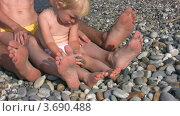 Купить «Девочка сидит на пляже с родителями», видеоролик № 3690488, снято 2 апреля 2010 г. (c) Losevsky Pavel / Фотобанк Лори