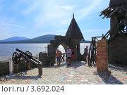 Вид на горное озеро с крепости в Средневековом стиле. Редакционное фото, фотограф Павел / Фотобанк Лори