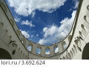 Купить «Кутафья башня Московского Кремля, вид снизу на голубое солнечное небо с облаками», фото № 3692624, снято 23 июля 2012 г. (c) Владимир Журавлев / Фотобанк Лори