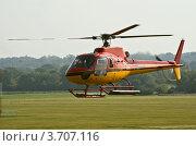 Вертолет AS350 заходит на посадку (2009 год). Редакционное фото, фотограф Василий Фирсов / Фотобанк Лори