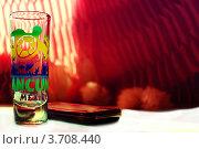 Рюмка  для текилы и телефон (2012 год). Редакционное фото, фотограф Ольга Никитина / Фотобанк Лори