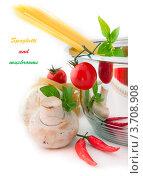 Сухие спагетти, шампиньоны, томаты, перец и базилик. Стоковое фото, фотограф Лариса Кривошапка / Фотобанк Лори