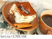 Тирамису с пряностями и чашкой кофе. Стоковое фото, фотограф Лариса Кривошапка / Фотобанк Лори