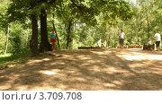Купить «Передвижение мужчины и женщины на парковой площади(Таймлапс)», видеоролик № 3709708, снято 30 августа 2010 г. (c) Losevsky Pavel / Фотобанк Лори