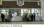 Купить «Люди около касс в зале вокзала,в Москве(Таймлапс)», видеоролик № 3709812, снято 20 сентября 2010 г. (c) Losevsky Pavel / Фотобанк Лори