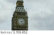 Купить «Биг Бен в Лондоне крупным планом на фоне пасмурного неба», видеоролик № 3709852, снято 21 сентября 2010 г. (c) Losevsky Pavel / Фотобанк Лори