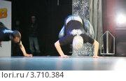 Купить «Группа  танцоров на сцене», видеоролик № 3710384, снято 10 октября 2010 г. (c) Losevsky Pavel / Фотобанк Лори