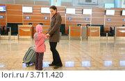 Купить «Мама с дочкой и чемоданом стоят в аэропорту», видеоролик № 3711420, снято 4 октября 2010 г. (c) Losevsky Pavel / Фотобанк Лори