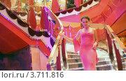 Купить «Женщина в вечернем платье спускается по лестнице», видеоролик № 3711816, снято 22 августа 2010 г. (c) Losevsky Pavel / Фотобанк Лори