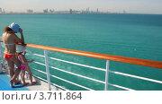 Купить «Мать и дочь стоят на палубе круизного лайнера», видеоролик № 3711864, снято 24 сентября 2010 г. (c) Losevsky Pavel / Фотобанк Лори