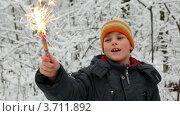 Купить «Мальчик держит фейерверк», видеоролик № 3711892, снято 2 сентября 2010 г. (c) Losevsky Pavel / Фотобанк Лори