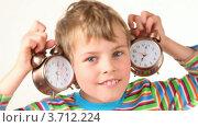 Купить «Мальчик держит будильники приложив к ушам», видеоролик № 3712224, снято 11 декабря 2010 г. (c) Losevsky Pavel / Фотобанк Лори