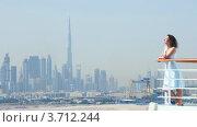 Купить «Женщина стоит на палубе корабля на фоне Дубая», видеоролик № 3712244, снято 2 декабря 2010 г. (c) Losevsky Pavel / Фотобанк Лори
