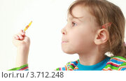 Купить «Светловолосая девочка облизывает леденец», видеоролик № 3712248, снято 11 декабря 2010 г. (c) Losevsky Pavel / Фотобанк Лори