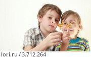 Купить «Дети облизывают леденцы», видеоролик № 3712264, снято 12 декабря 2010 г. (c) Losevsky Pavel / Фотобанк Лори