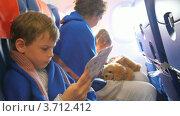 Купить «Семья в самолете», видеоролик № 3712412, снято 18 ноября 2010 г. (c) Losevsky Pavel / Фотобанк Лори