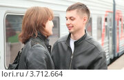 Купить «Пара разговаривает и целуется у поезда», видеоролик № 3712664, снято 18 декабря 2010 г. (c) Losevsky Pavel / Фотобанк Лори