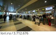 Купить «Люди в аэропорту Домодедово», видеоролик № 3712676, снято 3 ноября 2010 г. (c) Losevsky Pavel / Фотобанк Лори