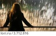 Купить «Молодая женщина стоит у фонтана и смотрит на падающую воду», видеоролик № 3712816, снято 5 декабря 2010 г. (c) Losevsky Pavel / Фотобанк Лори