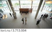 Купить «Деловые люди общаются в холле отеля у стойки регистрации. Вид сверху», видеоролик № 3713004, снято 9 ноября 2010 г. (c) Losevsky Pavel / Фотобанк Лори