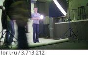 Купить «Фотограф за работой в студии, таймлапс», видеоролик № 3713212, снято 23 сентября 2010 г. (c) Losevsky Pavel / Фотобанк Лори