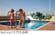 Купить «Мама с дочкой у бассейна летом», видеоролик № 3715848, снято 2 августа 2010 г. (c) Losevsky Pavel / Фотобанк Лори