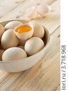 Яйца в бамбуковой чашке на деревянной доске. Стоковое фото, фотограф Мамышева Наталья Васильевна / Фотобанк Лори