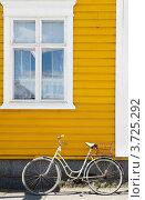 Старый велосипед у желтой стены дома (2012 год). Стоковое фото, фотограф Валерия Попова / Фотобанк Лори