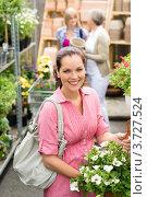 Купить «Улыбающаяся девушка в цветочном магазине», фото № 3727524, снято 21 мая 2012 г. (c) CandyBox Images / Фотобанк Лори
