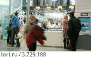 Купить «Люди проходят перед химчисткой(Таймлапс)», видеоролик № 3729188, снято 8 декабря 2010 г. (c) Losevsky Pavel / Фотобанк Лори