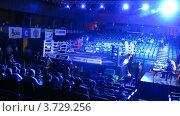 Купить «Зрители занимают места до WSB Бокс матча», видеоролик № 3729256, снято 16 марта 2011 г. (c) Losevsky Pavel / Фотобанк Лори
