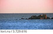 Скалы в воде, лодки вдалеке. Стоковое видео, видеограф Losevsky Pavel / Фотобанк Лори