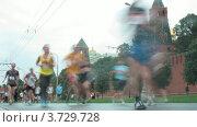 Купить «Бегуны перед Кремлем на марафоне», видеоролик № 3729728, снято 8 декабря 2010 г. (c) Losevsky Pavel / Фотобанк Лори