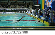 Купить «Спортсмены соревнуются, одни заканчивают заплыв на спине, другие стартуют брассом», видеоролик № 3729988, снято 20 марта 2011 г. (c) Losevsky Pavel / Фотобанк Лори