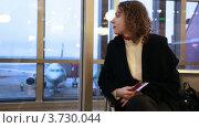 Купить «Женщина, облокотившаяся на окно в аэропорту с документами в руках», видеоролик № 3730044, снято 11 февраля 2011 г. (c) Losevsky Pavel / Фотобанк Лори