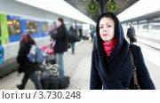 Купить «Женщина стоит на перроне», видеоролик № 3730248, снято 28 марта 2011 г. (c) Losevsky Pavel / Фотобанк Лори