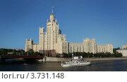 Купить «Корабль идет по Москве-реке вдоль Котельнической набережной», видеоролик № 3731148, снято 11 января 2011 г. (c) Losevsky Pavel / Фотобанк Лори