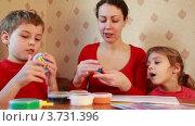 Купить «Мать с детьми лепит фигуры из пластилина», видеоролик № 3731396, снято 19 марта 2011 г. (c) Losevsky Pavel / Фотобанк Лори