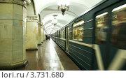 Купить «Поезд метро прибывает на станцию Комсомольская», видеоролик № 3731680, снято 23 декабря 2010 г. (c) Losevsky Pavel / Фотобанк Лори
