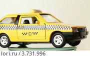 Купить «Игрушечная модель такси на белом фоне», видеоролик № 3731996, снято 30 апреля 2011 г. (c) Losevsky Pavel / Фотобанк Лори