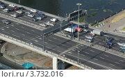 Купить «Плотное автомобильное движение на мосту в Москве летом», видеоролик № 3732016, снято 25 декабря 2010 г. (c) Losevsky Pavel / Фотобанк Лори