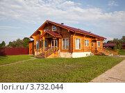 Купить «Дом из оцилиндрованного бруса», фото № 3732044, снято 4 августа 2012 г. (c) Наталья Волкова / Фотобанк Лори