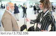 Купить «Журналист берет интервью», видеоролик № 3732336, снято 28 ноября 2010 г. (c) Losevsky Pavel / Фотобанк Лори