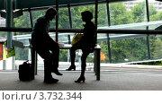 Мужчина и женщина сидят и общаются. Стоковое видео, видеограф Losevsky Pavel / Фотобанк Лори